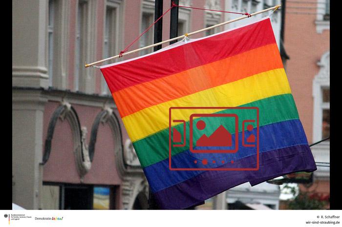 Das slideshow-Fenster mit begleitenden Bildern und Impressionen zum ersten CSD in Straubing anzeigen ...