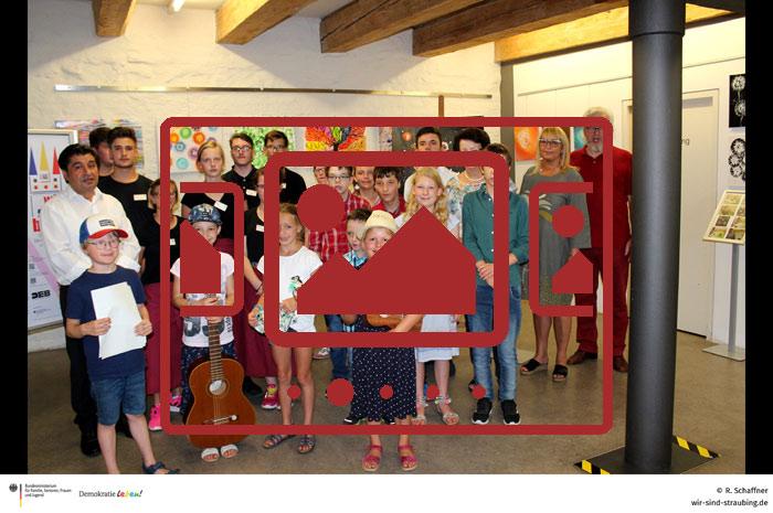 """Impressionen zu unserem Projekt """"Kunst bewegt – Achtsam für Menschlichkeit - Vernissage"""" anzeigen ..."""
