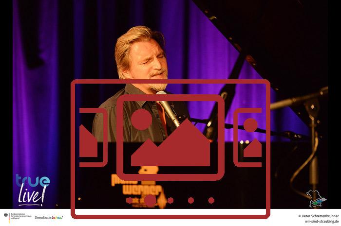 Das slideshow-Fenster mit begleitenden Bildern und Impressionen zum neuen Online-Format 'TRUE LIVE' anzeigen ...