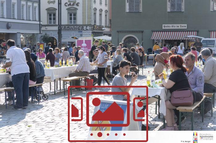 Das slideshow-Fenster mit begleitenden Bildern 'Die Tafel der Kulturen :: WIR SIND BUNT – Straubing – September 2020' anzeigen ...