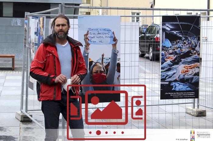 """Das slideshow-Fenster mit begleitenden Bildern '""""Moria"""" – Impressionen von der Ausstellung mit Fotografien von Alea Horst :: Straubing – September 2020' anzeigen ..."""