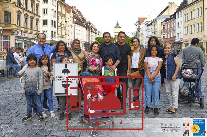Das slideshow-Fenster mit begleitenden Bildern 'Die Tafel der Kulturen :: WIR SIND BUNT – Straubing – September 2021' anzeigen ...