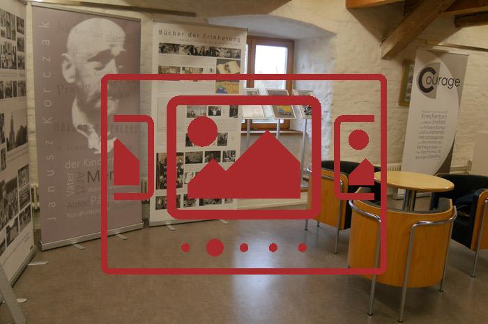 Das slideshow-Fenster mit begleitenden Bildern von der Ausstellung am Johannes-Turmair-Gymnasium anzeigen ...